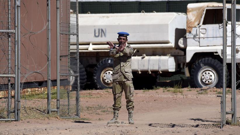 Marokko: Ein Mitarbeiter der UN-Mission MINURSO in der Westsahara. Zu sehen ist das UN-Quartier in Bir Lehlou in dem von der Frente Polisario kontrollierten Gebiet (Bild vom 5. März 2016)