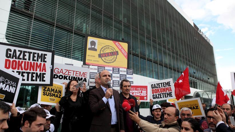 """Abdülhamit Bilici, Chefredakteur der türkischen Tageszeitung """"Zaman"""", spricht zu den Demonstranten vor dem Verlagsgebäude in Istanbul."""