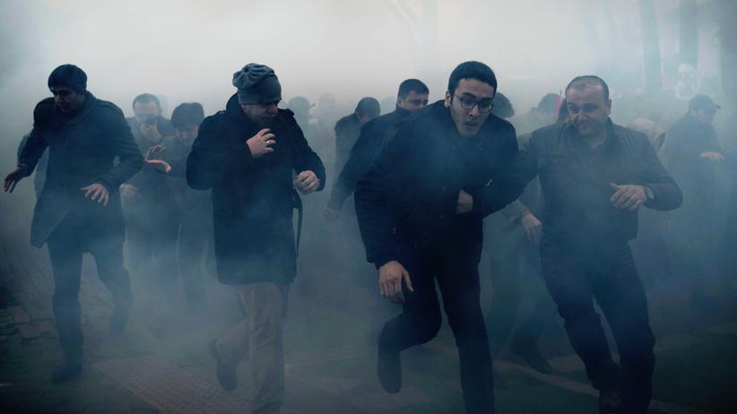 """""""Zaman""""-Redaktion: Demonstranten vor dem """"Zaman""""-Verlagsgebäude fliehen nach dem Einsatz von Tränengas durch die türkische Polizei."""
