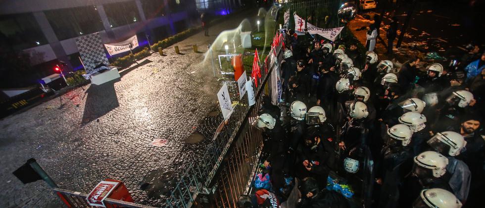 """Türkische Polizisten verschaffen sich Zutritt zum Gebäude der Zeitung """"Zaman""""."""