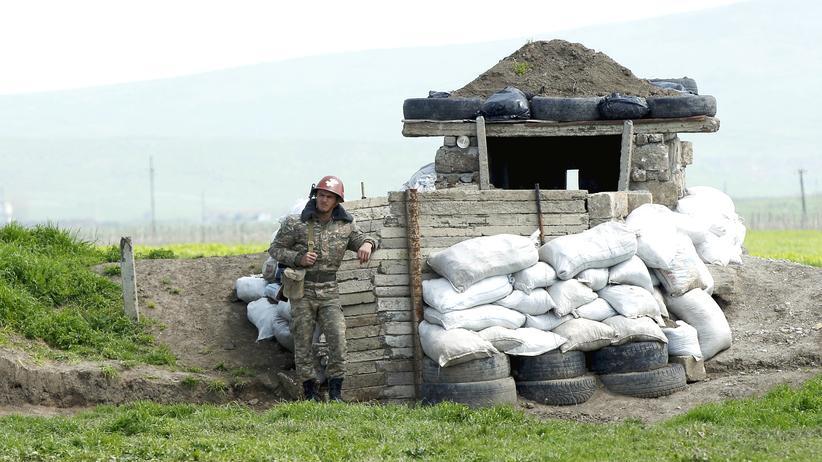 Ein armenischer Soldat wartet an einem Checkpoint vor der aserbaidschanischen Stadt Martuni.