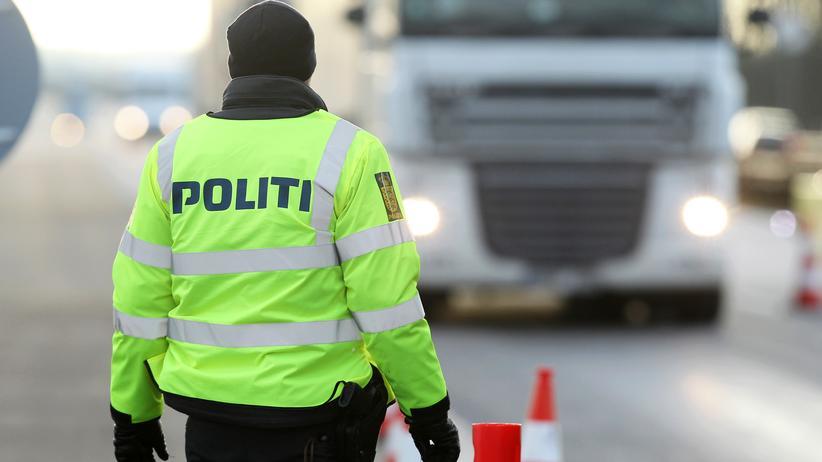 Grenzkontrollen: eine dänische Polizistin nahe der dänisch-deutschen Grenze
