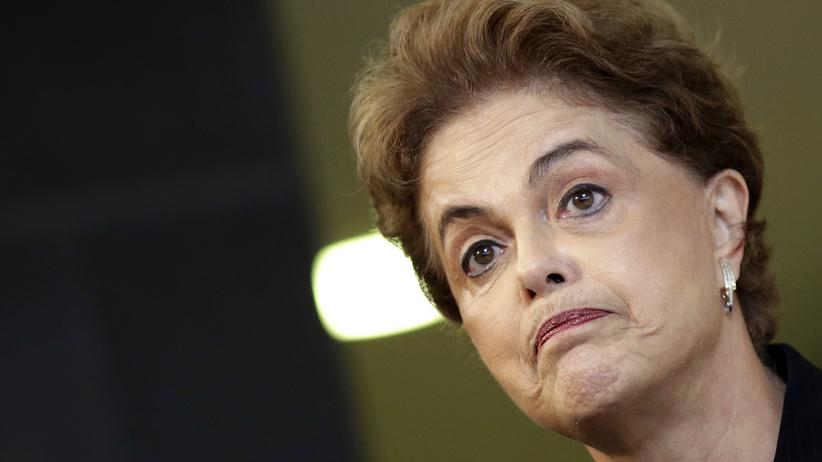 Brasilien: Um die brasilianische Präsidentin Dilma Rousseff ist es einsam geworden: Nach Korruptionsvorwürfen haben vier Parteien mit ihr gebrochen, Millionen Brasilianer protestieren.