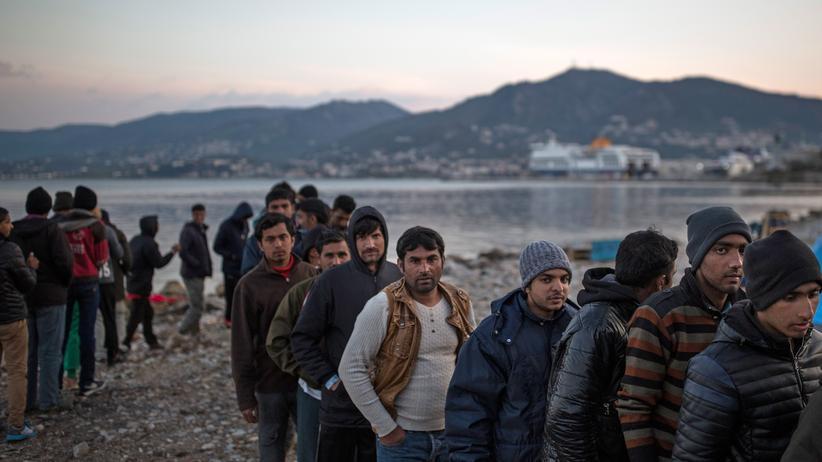 """EU-Türkei-Abkommen: Flüchtlinge warten an der Essensausgabe der """"No Border Kitchen"""" im griechischen Mytilene."""