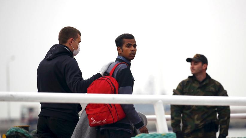 Flüchtlinge werden von der griechischen Insel Lesbos in die Türkei zurückgebracht.