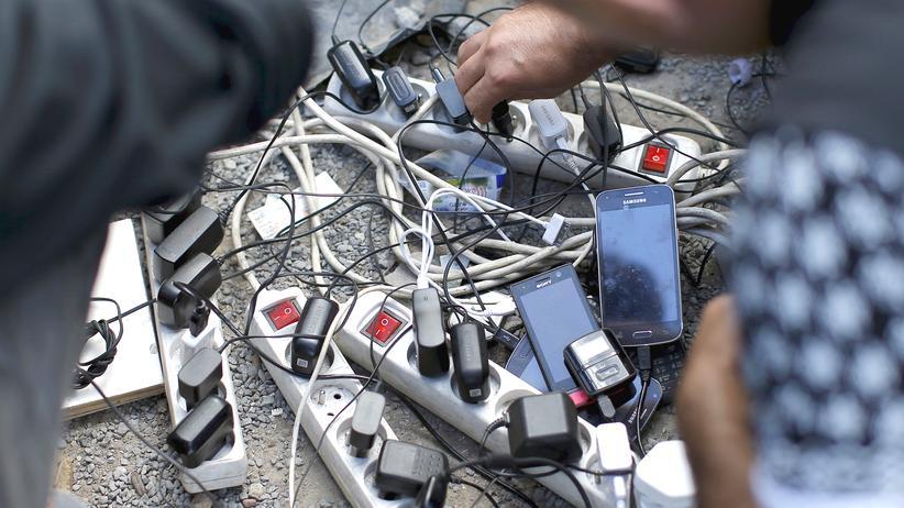 Flüchtlinge Calais Mobiltelefon
