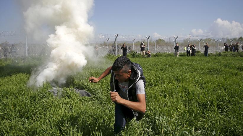 Idomeni: Ein Flüchtling flieht vor dem Tränengas