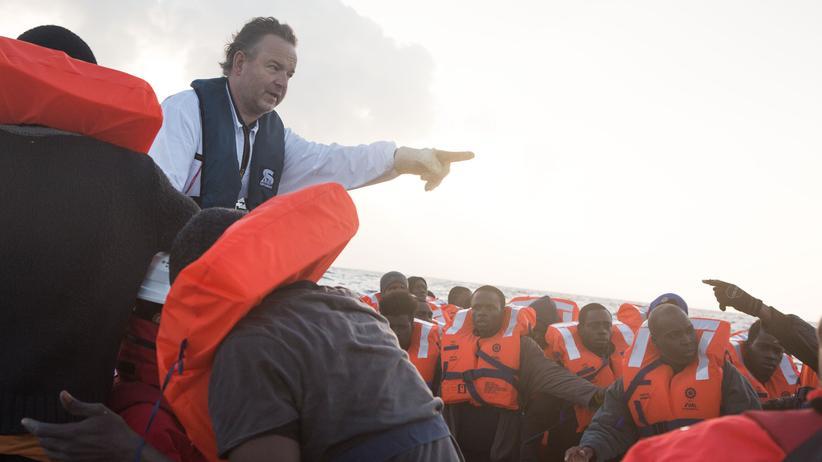 Flüchtlingshilfe: Im Morgengrauen wirft Kapitän Klaus Vogel Rettungswesten auf das Schlauchboot, kaum einer der 74 Flüchtlinge kann schwimmen.