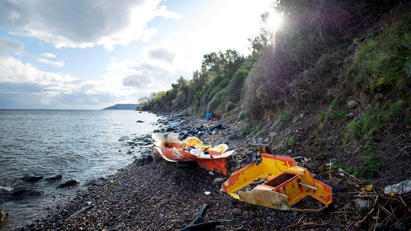Flüchtlingskrise: Zerstörte Fischerboote und Rettungswesten an der Küste von Lesbos
