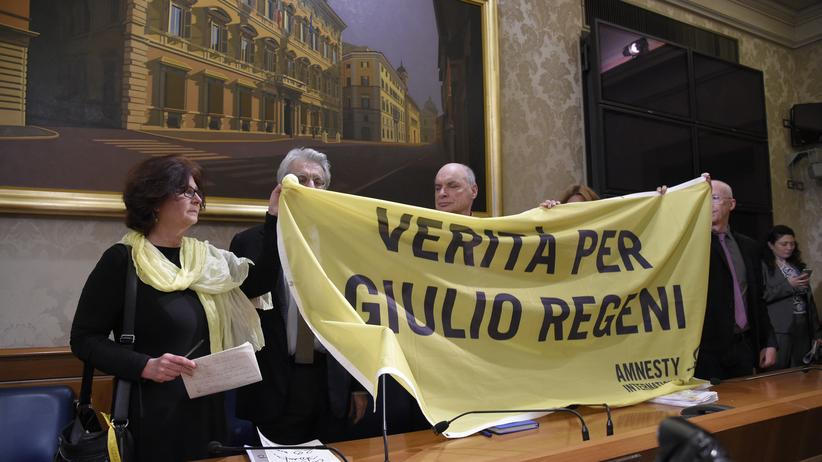 """Ägypten: Die Eltern des ermordeten Studenten, Paola (l.) und Claudio Regeni (r.), mit Senator Luigi Manconi (M.), dem Vorsitzenden der italienischen Menschenrechtskommission. """"Wahrheit für Giulio Regeni"""" steht auf dem Banner."""
