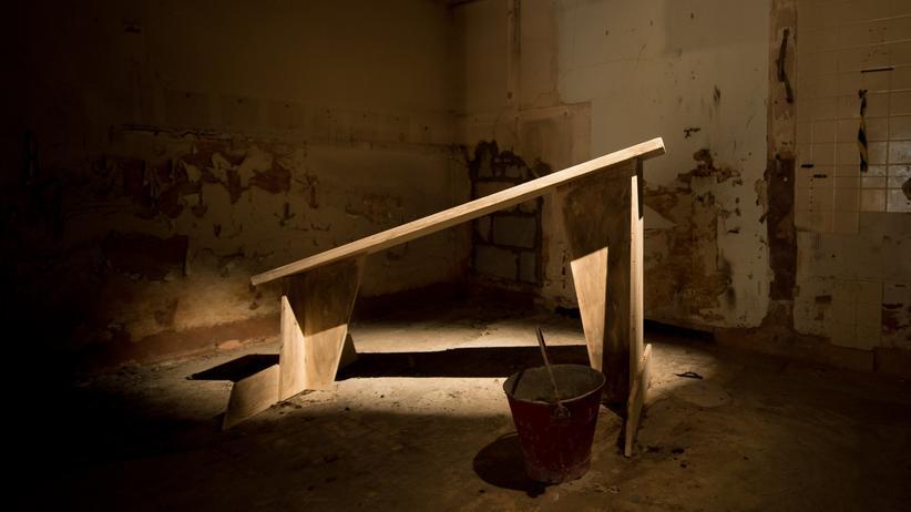 """Folter: """"Waterboarding"""": nachgestellte Verhörzelle des Künstlers Steve Lazarides in einer Ausstellung in London"""