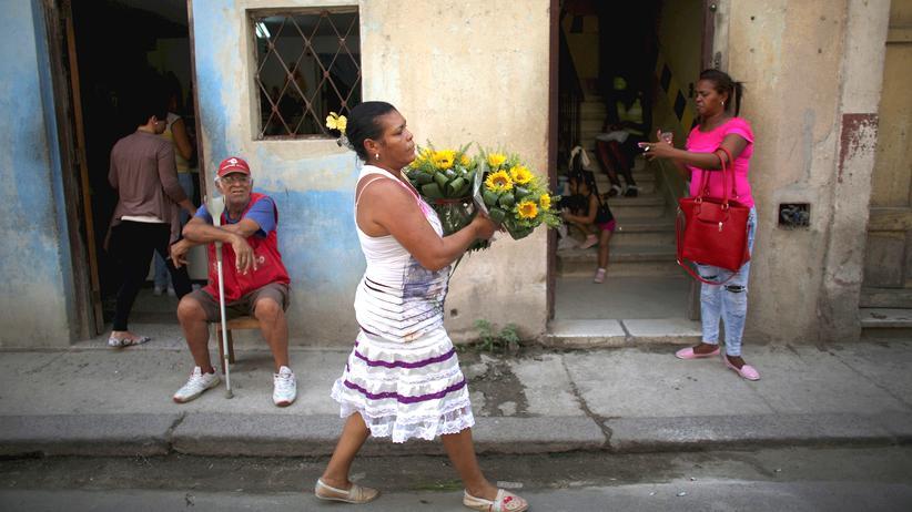 Kuba: Kleingewerbetreibende: Eine Blumenverkäuferin in Havanna
