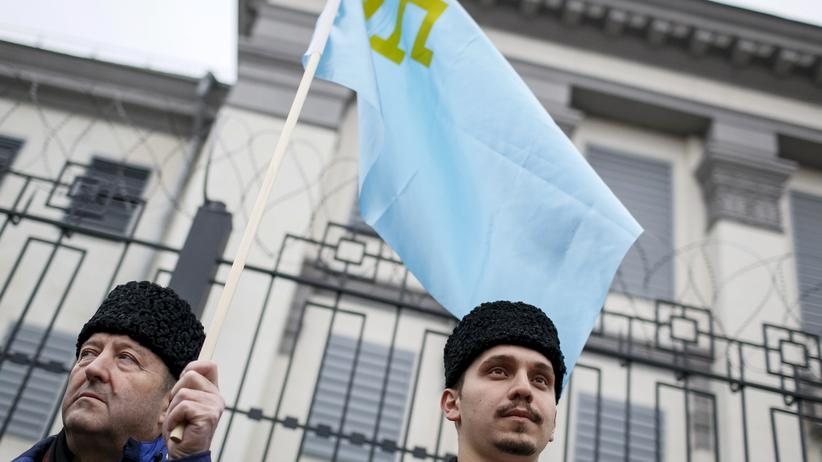 Krim: Crimean Tatars attend a rally outside the Russian embassy in Kiev, Ukraine, November 6, 2015. Tatar activists and their supporters are protesting against the repression of Tatar rights on Ukraine's Crimea peninsula, annexed by Russia in March 2014, local media reported. REUTERS/Gleb Garanich - RTX1V1Y8