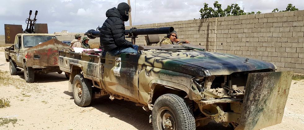 Mitglieder eines Kampftrupps der libyschen Regierung während Kämpfen in Benghasi