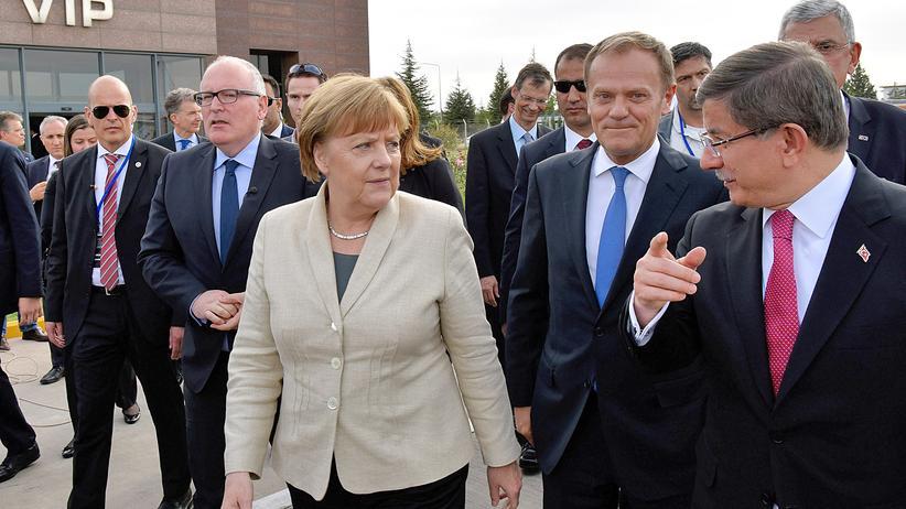 Europäische Union: Bundeskanzlerin Angela Merkel, EU-Ratspräsident Donald Tusk (mitte) und der türkische Premier Ahmet Davutoğlu (rechts) in Gaziantep