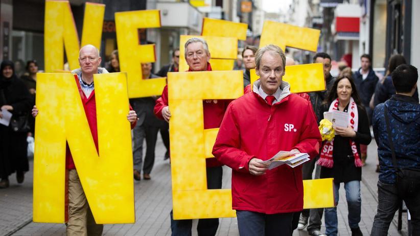 Niederlande: Mitglieder der Sozialistischen Partei der Niederlande werben in Den Haag für ein Nein beim Referendum zum EU-Abkommen mit der Ukraine.