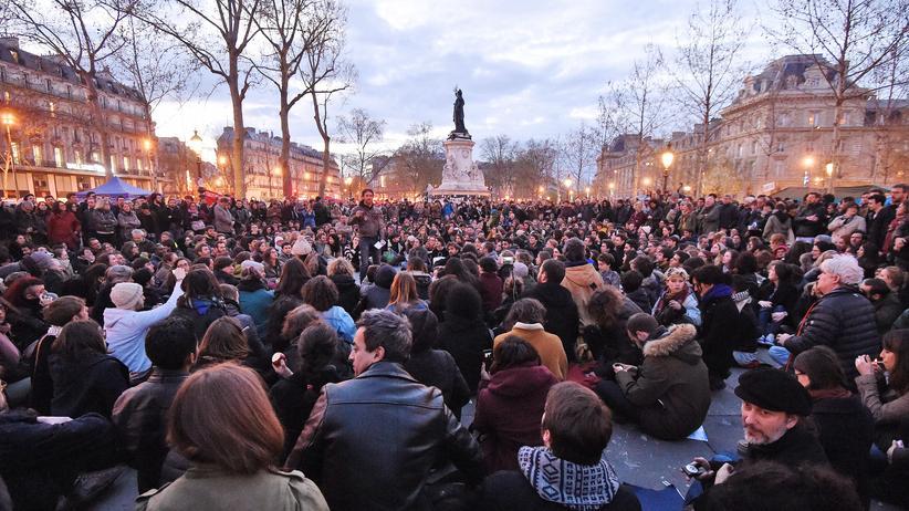 Frankreich: Demonstranten auf dem Pariser Platz der Republik