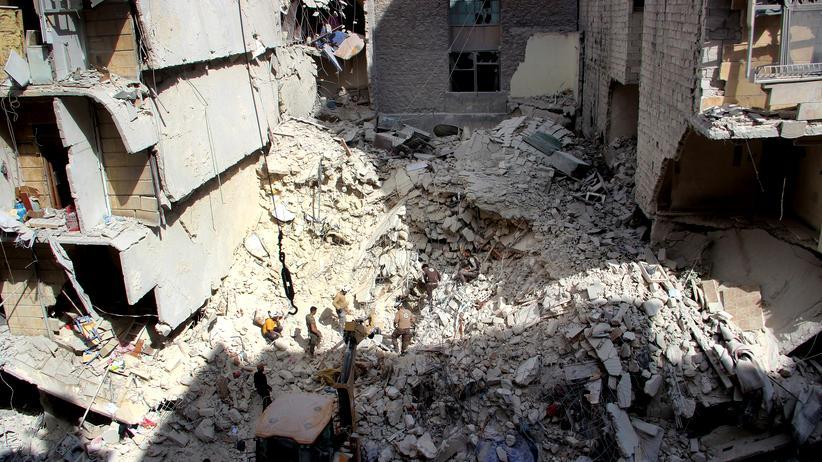 Syrien: Helfer versuchen in Aleppo Menschen aus dem Al-Quds-Krankenhaus zu bergen.