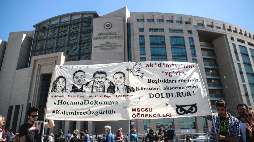Recep Tayyip Erdoğan: Unterstützer der vier inhaftierten Wissenschaftler demonstrieren vor dem Gerichtsgebäude in Istanbul.