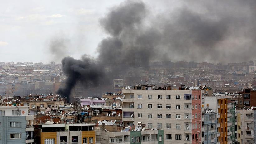 Türkei: Rauch steigt nach Zusammenstößen zwischen türkischen Einsatzkräften und kurdischen Kämpfern über der Stadt Diyarbakır auf.