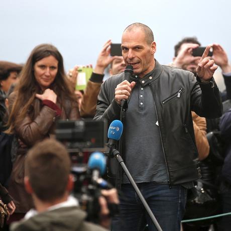 """Der frühere griechische Finanzminister Yanis Varoufakis spricht auf dem Place de la République zur """"Nuit Debout""""."""