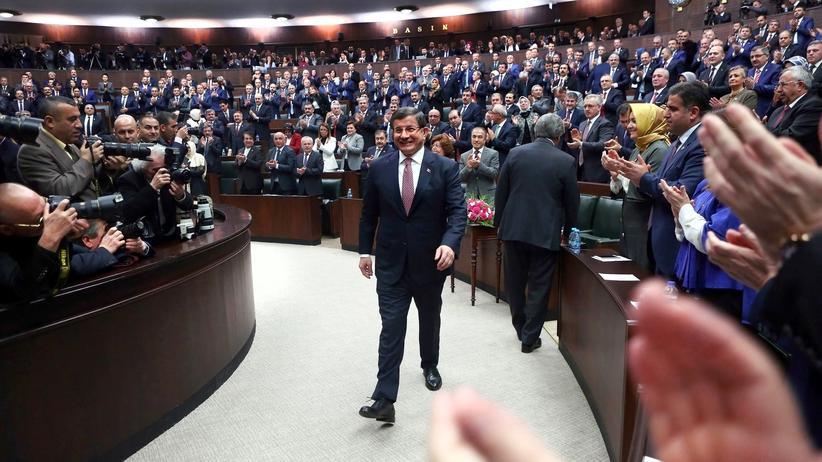 Türkei: Premier Ahmet Davutoğlu im türkischen Parlament