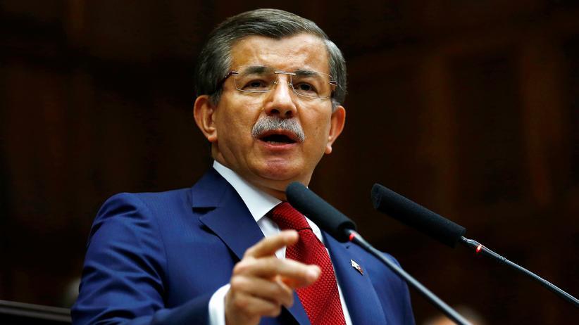 Ahmet Davutoğlu: Ahmet Davutoğlu bei einer Rede vor AKP-Abgeordneten am 3. Mai