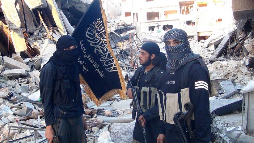 Syrien: Kämpfer des Al-Kaida-Ablegers Al-Nusra zwischen zerstörten Gebäuden des palästinensischen Flüchtlingscamps Yarmuk südlich der syrischen Hauptstadt Damaskus