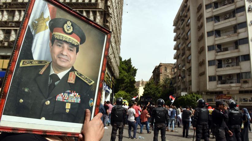 Ägypten: Eine Unterstützerin von Präsident Al-Sissi auf einer Demonstration vor dem Journalistensyndikat in Kairo