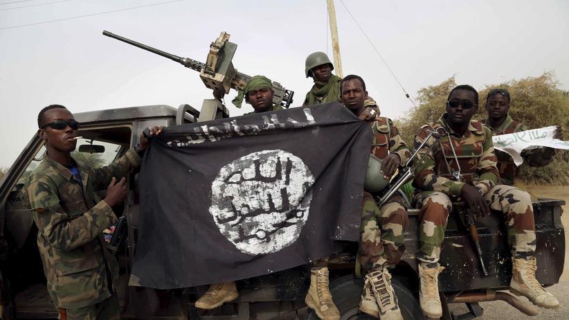 Nigerianische Soldaten haben eine Flagge der Terrorgruppe Boko Haram erbeutet.