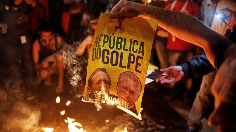 Brasilien: Demonstranten verbrennen ein Poster mit den Fotos des brasilianischen Interimspräsidenten Michel Temer und dem Senatspräsidenten Renan Calheiros.