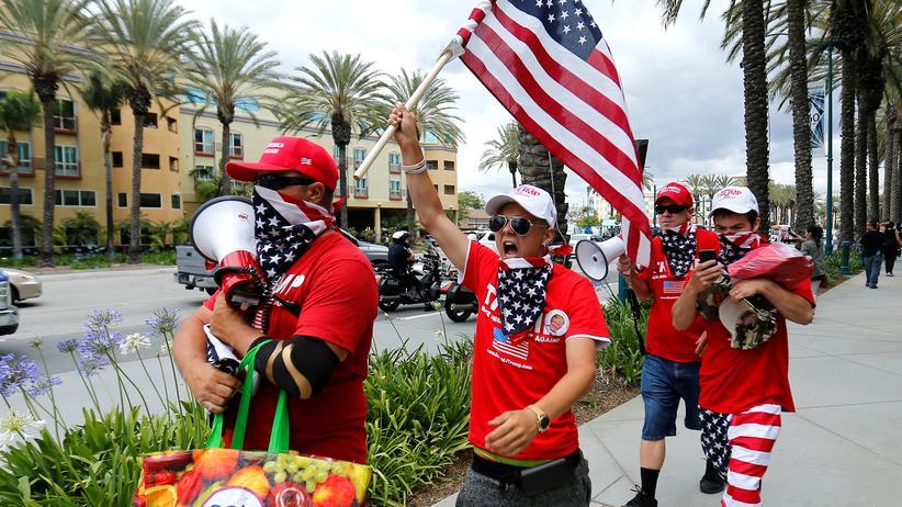 US-Wahl: Unterstützer von Donald Trump machen im kalifornischen Anaheim lautstark Werbung für den Republikaner