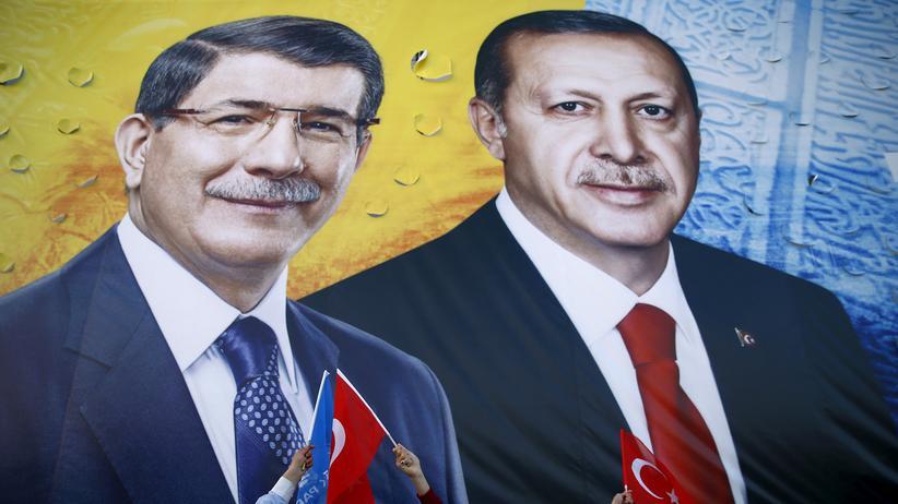 Ahmet Davutoğlu: AKP-Anhänger vor den Konterfeis von Ahmet Davutoğlu und Recep Tayyip Erdoğan
