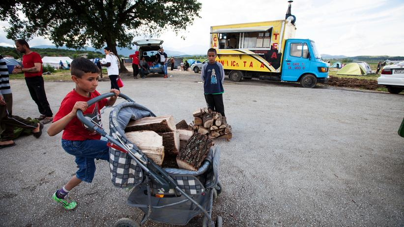 Flüchtlinge: IDOMENI, GREECE - APRIL 30 : A refugee boy pushes a stroller loaded with the wood distributed by volunteers at Idomeni refugee camp in Greece on April 30, 2016. Refugees' 'journey of hope' towards Western European countries where they dream of having a better life ends in the Balkans following the latest decision. (Photo by Rodrigo Avellaneda/Anadolu Agency/Getty Images)