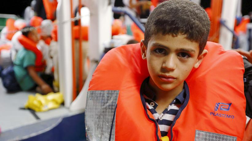 Flüchtlinge: Dieser Flüchtlingsjunge wurde von einem Rettungschiff vor der Küste Libyens  aus Seenot geborgen.