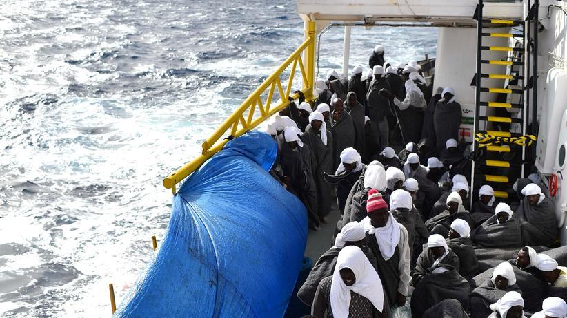 Mittelmeer: Bootsflüchtlinge warten vor Sardinien auf Hilfe.