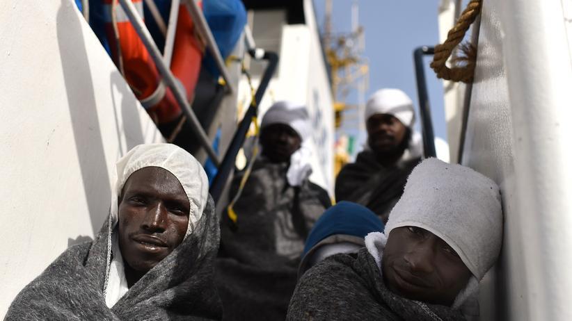 Flüchtlinge: Flüchlinge, die vor der Küste Libyens von einem Rettungsschiff aufgegriffen wurden.