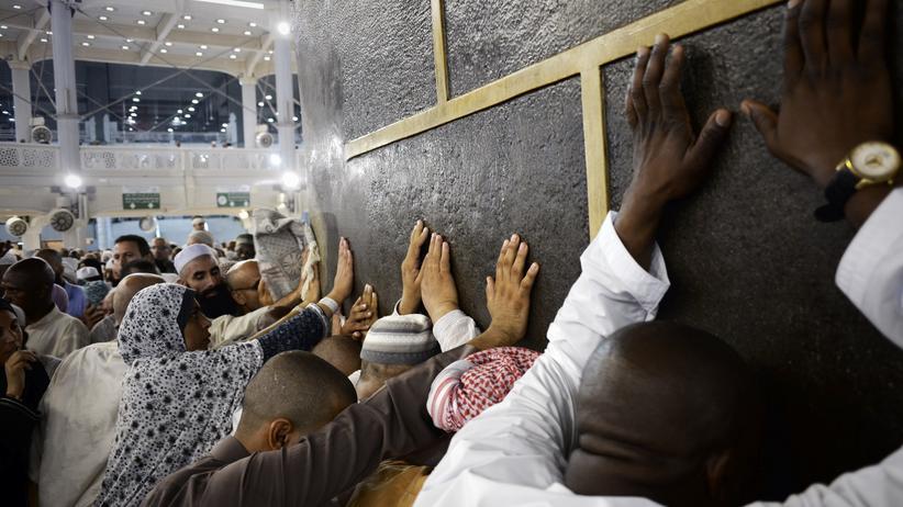 Hadsch: Muslimische Pilger an der Kaaba, dem würfelförmigen, zentralen Heiligtum des Islam in Mekka