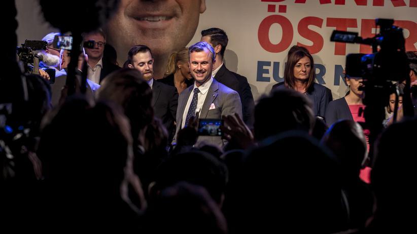 Arabische Presseschau: Der Präsidentschaftskandidat der FPÖ, Norbert Hofer, mit seinen Anhängern am Wahlabend