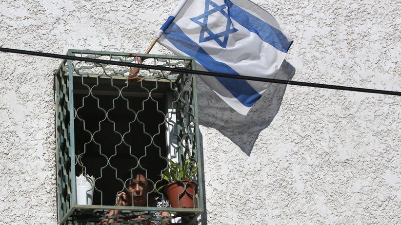 Israel: Frau am Fenster im israelischen Yehud