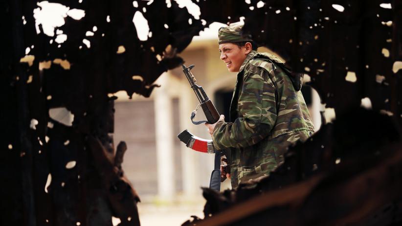 """""""Islamischer Staat"""": Ein Soldat der libyschen Regierungstruppen im Kampf mit ehemaligen Rebellen, die sich der islamistischen Miliz Ansar al-Scharia angeschlossen haben (Archiv)"""