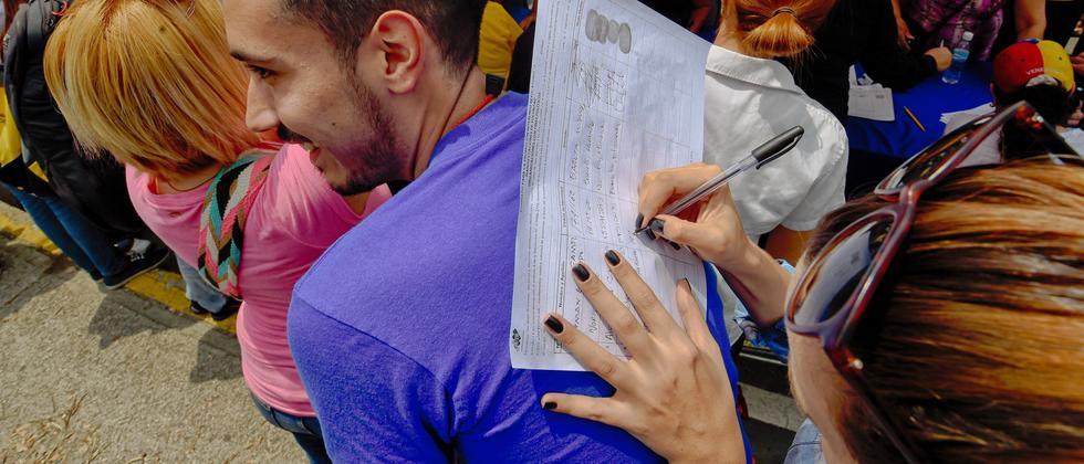 Bürger in Venezuela versammeln sich, um die Petition zu unterschreiben.