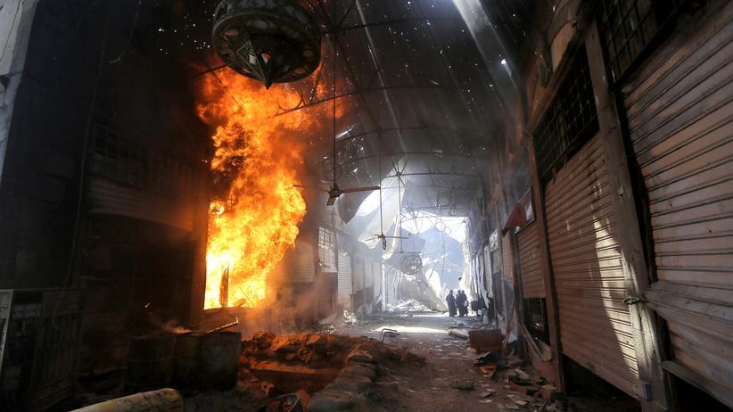 Mittlerer Osten: In der Altstadt von Homs brennt ein Geschäft nieder