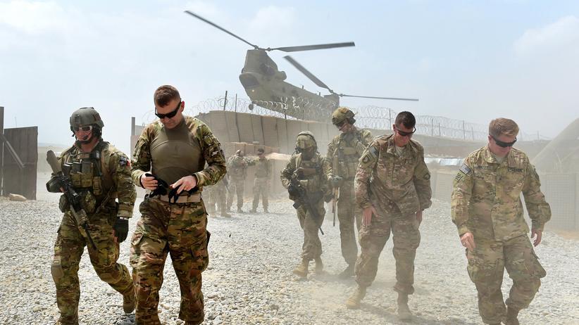 Nato: Ein Nato-Helikopter fliegt in der afghanischen Provinz Nangarhar über US-amerikanische Soldaten.