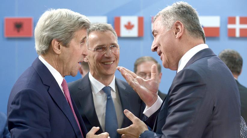 Nato: US-Außenminister John Kerry (l.) und Nato-Generalsekretär Jens Stoltenberg (M.) im Gespräch mit Montenegros Premier Milo Ðukanović (r.).