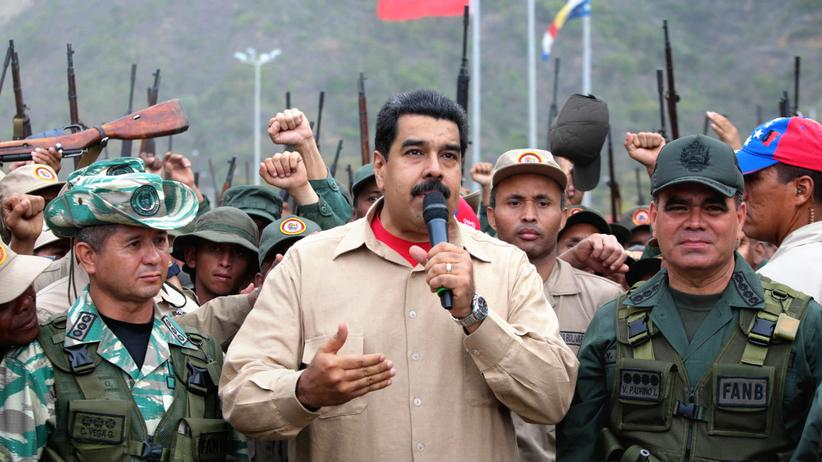 Venezuela: Venezuelas Verteidigungsminister Vladimir Padrino López (rechts) und das Militär sind Präsident Nicolás Maduro (Mitte) noch treu – hier bei einer Parade nach den Militärübungen.
