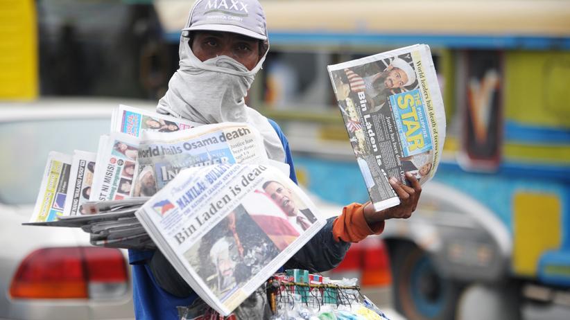 Al-Kaida: Weltweite Schlagzeilen: 2011 verkauft ein Mann in Manila Zeitungen mit der Meldung der Tötung bin Ladens.