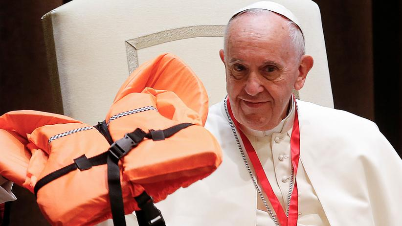 Papst mit Rettungsweste