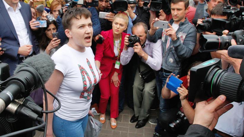 Russland: Die ukrainische Pilotin Nadija Sawtschenko bei ihrer Ankunft auf dem Flughafen in Kiew.