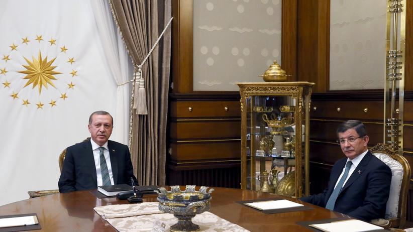 Der türkische Präsident Recep Tayyip Erdoğan bei seinem Treffen mit Ministerpräsident Ahmet Davutoğlu am 4. Mai im Präsidentenpalast in Ankara